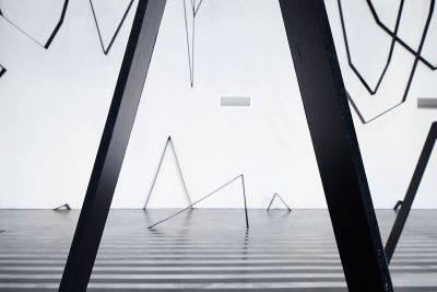 """altrospazio fotografia, Esther Stocker durante l'installazione della sua opera """"Destino comune"""" al MACRO di Roma"""