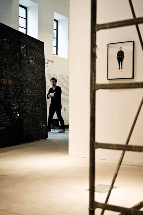 altrospazio fotografia, Jamie Shovlin durante l'installazione della sua opera al MACRO di Roma