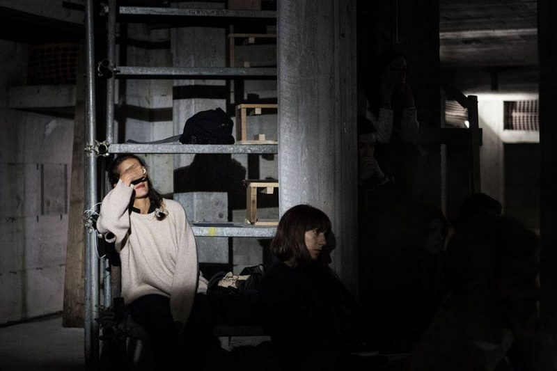 altrospazio fotografia, Performance di Cesare Pietroiusti a There Is No Place Like Home