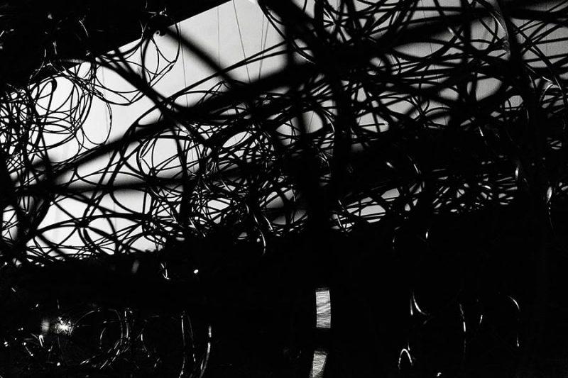 altrospazio fotografia, Tomas Saraceno installa la sua opera