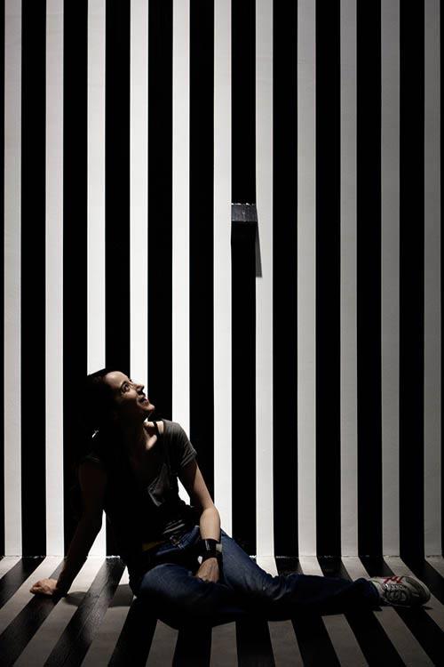 altrospazio fotografia, Esther Stocker durante l'installazione della sua opera